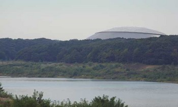 多摩湖越しのドーム